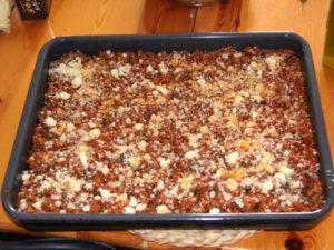 on recouvre les pates de la sauce et saupoudre du fromage