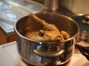 on ouvre la cocotte minute et on verifie que notre poulet est cuit