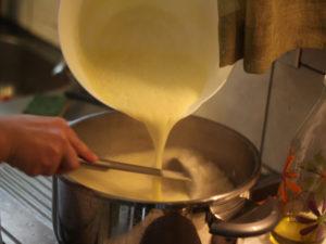 Versez la sauce afgo lemono dans la cocotte avec la soupe et le riz
