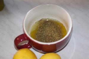 preparation de la marinade avec citron huile d olive origan