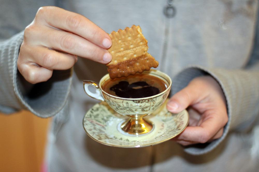 Trempette de biscuit dans cafe grec