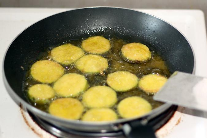 les beignets commencent a etre cuit, on va bientot les sortir de l huile
