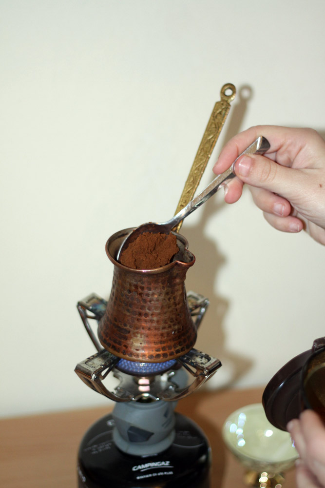 On verse une cuillérée de café grec dans le briki.