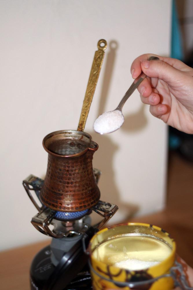 Verser une cuilleree de sucre dans le briki.